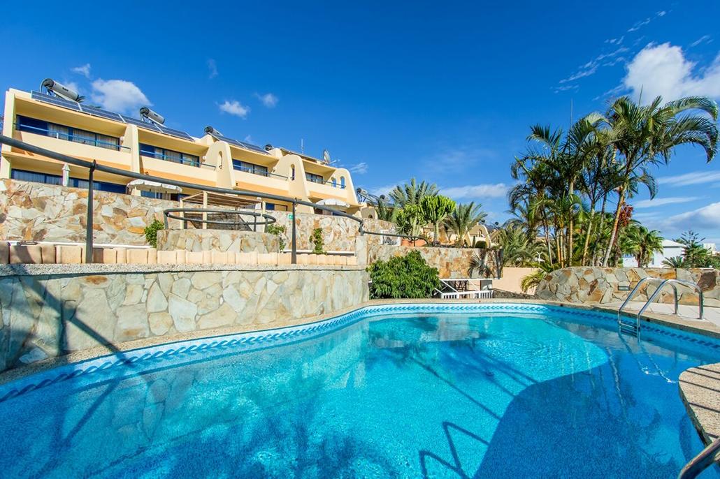 Ruime duplex appartementen met zwembad. kleinschalig en centraal gelegen, vlakbij het strand en centrum. ...